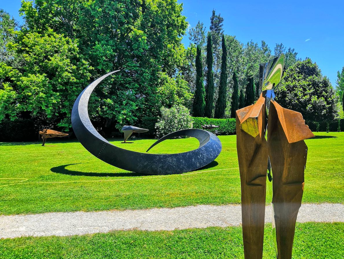 Exposition collective: sculpture de Julien Allegre à la fondation Poppy Salinger ( sculpture en fond de Francis Guerrier)