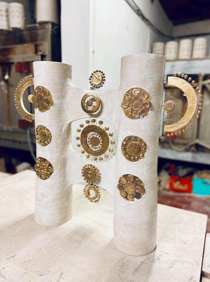 Lampe double colonne en céramique émaillée blanc et or - profil