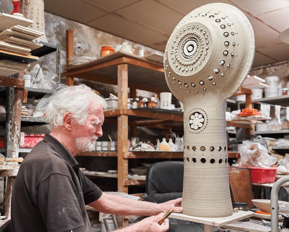 Georges Pelletier dans son atelier